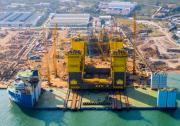我国自主建造全球首个万吨级半潜式储油平台船体建造完工