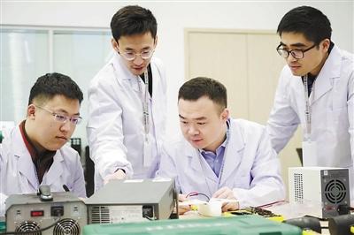 李国瑞(右二)和团队成员在做实验。赵新原摄