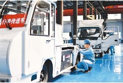 近年来,河北省唐山市古冶区打造以新能源汽车、精密电子、环保设备等为主导的高端装备制造产业集群,助推经济高质量发展。图为3月27日,唐山德惠航空装备有限公司工人在民航特种装备生产线上工作。