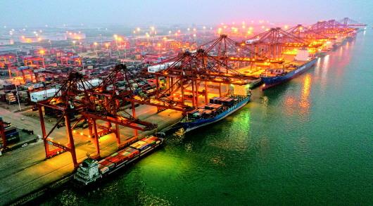 这是夜幕下的钦州港码头(3月25日摄,无人机照片)。 新华社记者张爱林摄